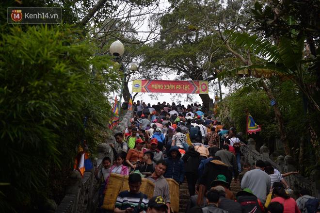 Khai hội Yên Tử, hàng trăm người leo trèo ra khỏi đám đông vì đứng chôn chân 2 tiếng ở đường lên chùa Đồng - Ảnh 7.