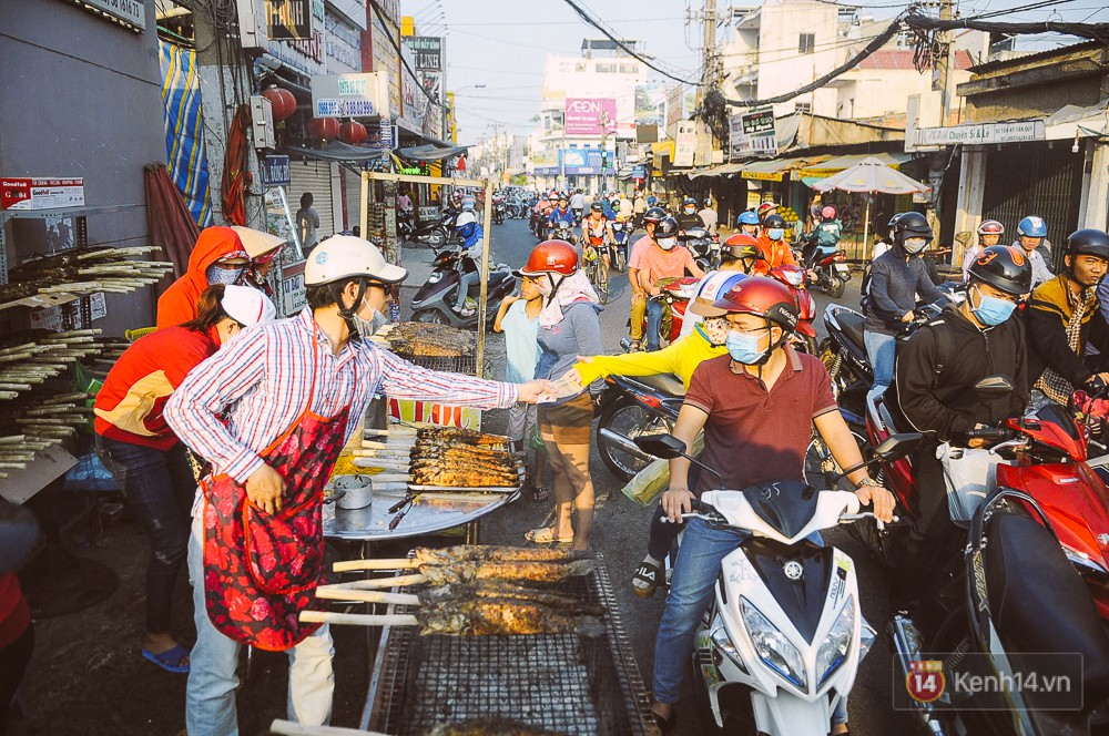 Hàng chục tấn cá lóc giá 150.000 đồng/con được tiêu thụ trong ngày Thần tài ở Sài Gòn - Ảnh 4.