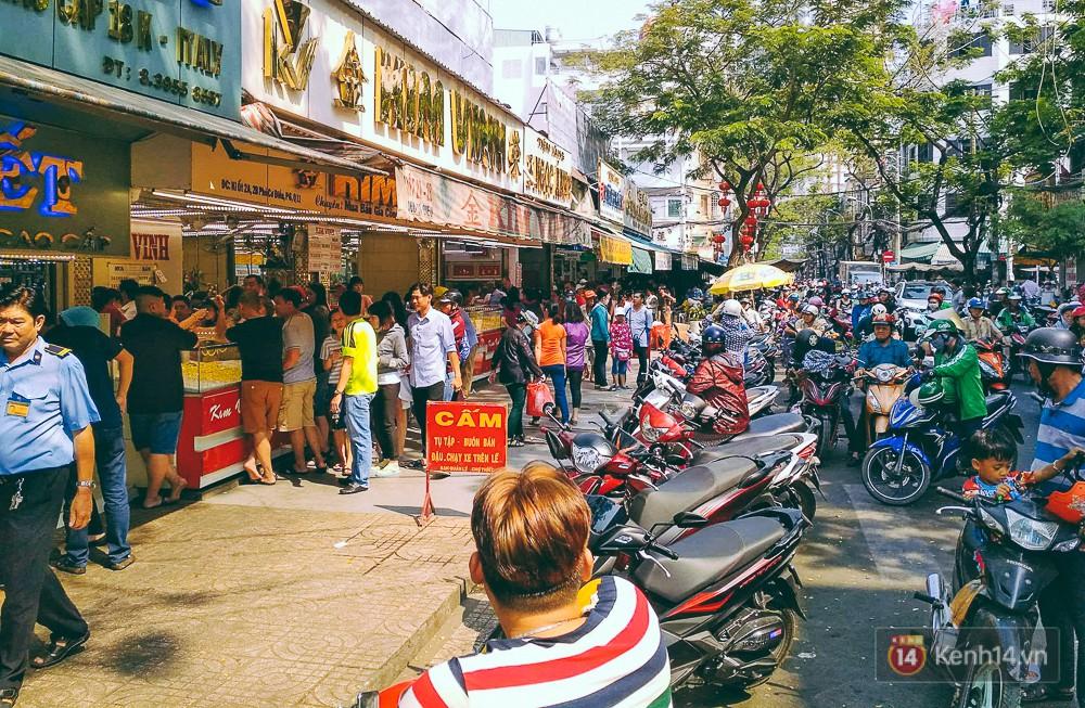 Chùm ảnh: Tiệm vàng ở Sài Gòn quá tải ngày Thần tài, nhân viên giao dịch với khách hàng từ bên ngoài - Ảnh 1.