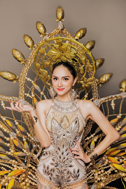 Hương Giang Idol lộ ảnh dát 55kg vàng đầy người ngay trong ngày Vía Thần Tài