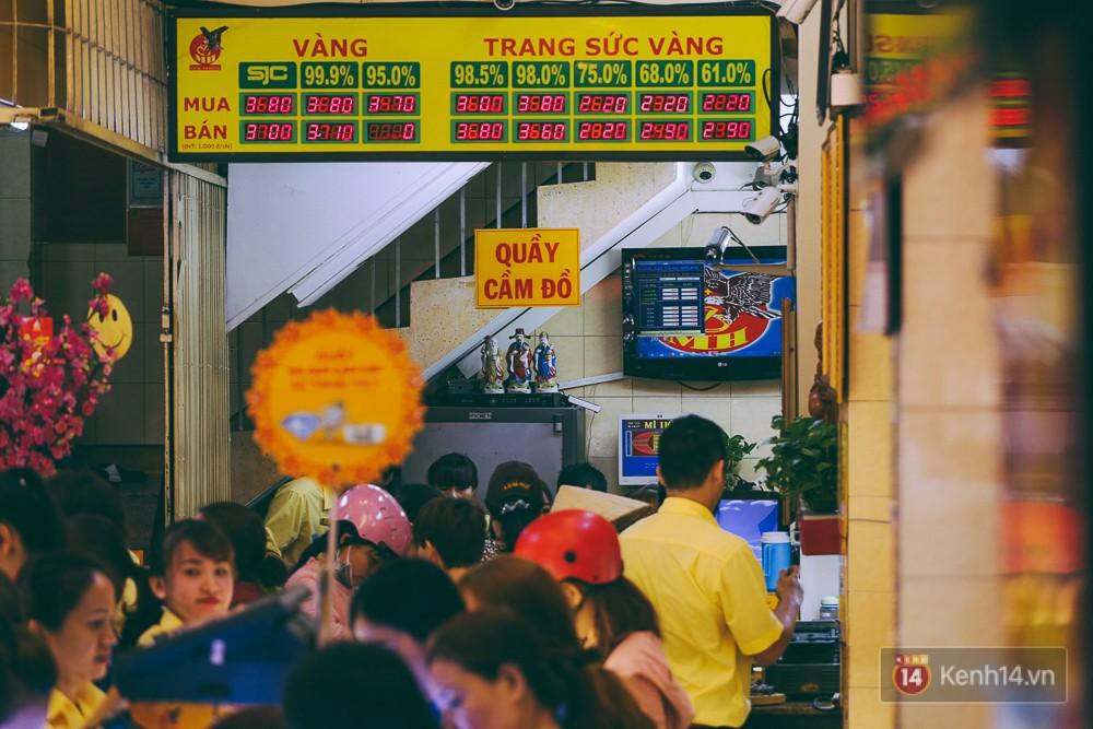 Chùm ảnh: Tiệm vàng ở Sài Gòn quá tải ngày Thần tài, nhân viên giao dịch với khách hàng từ bên ngoài - Ảnh 18.