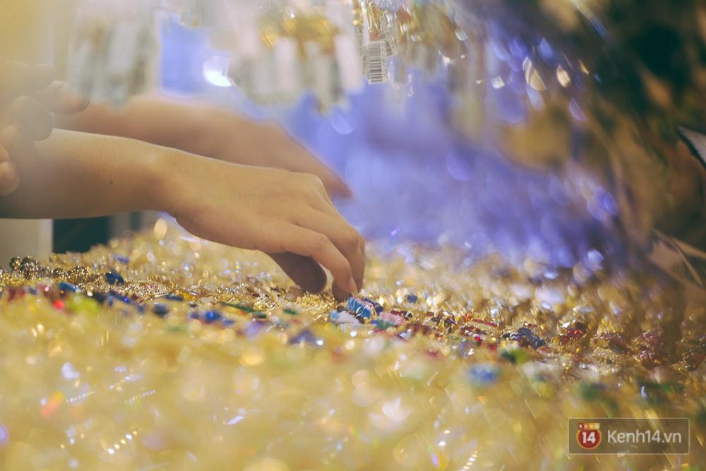 Chùm ảnh: Tiệm vàng ở Sài Gòn quá tải ngày Thần tài, nhân viên giao dịch với khách hàng từ bên ngoài - Ảnh 15.