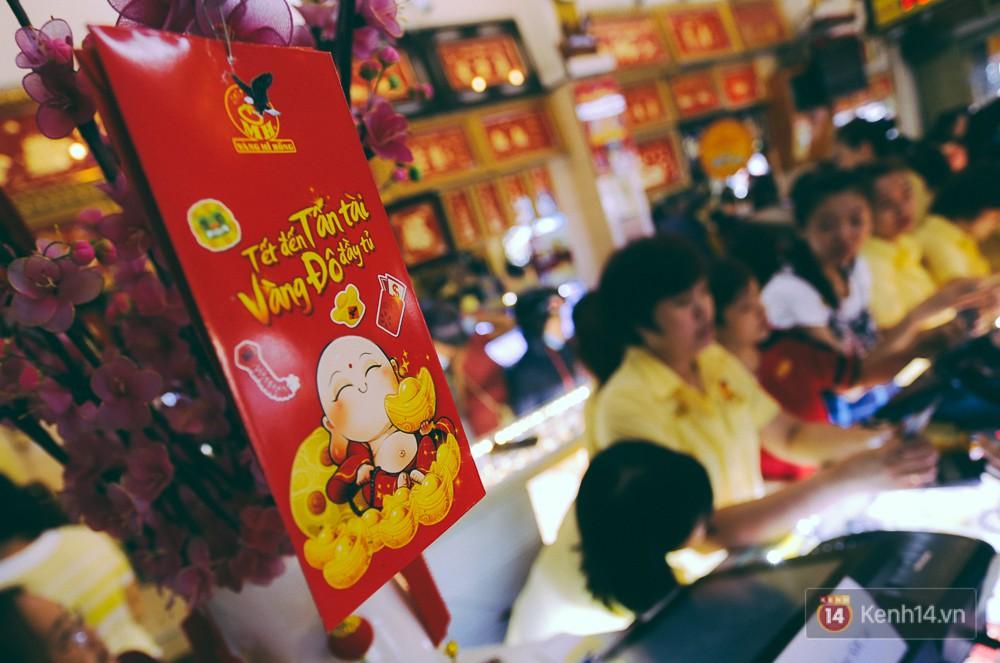 Chùm ảnh: Tiệm vàng ở Sài Gòn quá tải ngày Thần tài, nhân viên giao dịch với khách hàng từ bên ngoài - Ảnh 6.