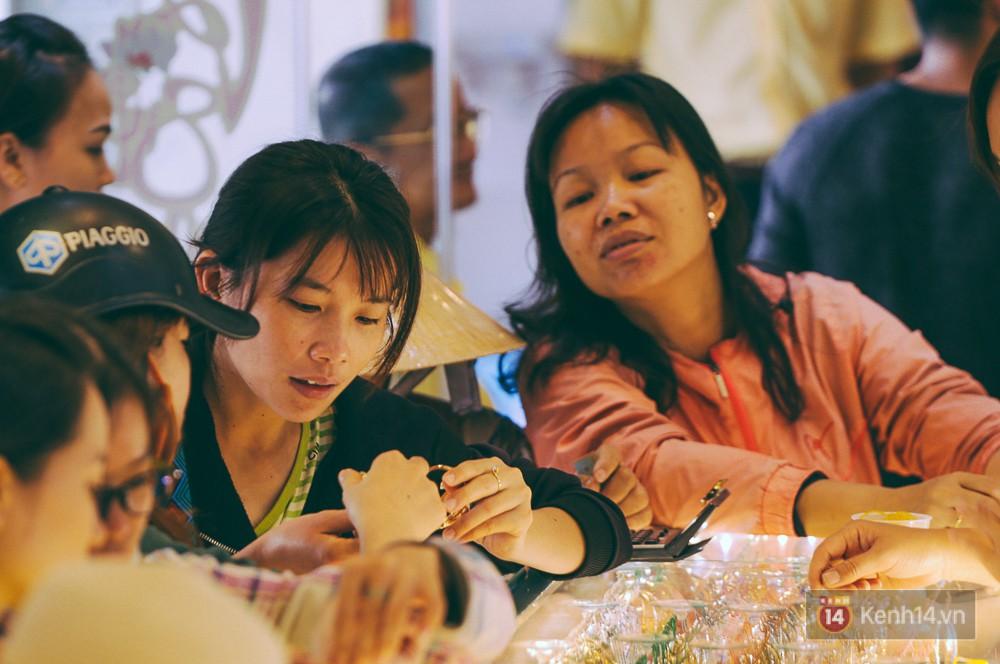Chùm ảnh: Tiệm vàng ở Sài Gòn quá tải ngày Thần tài, nhân viên giao dịch với khách hàng từ bên ngoài - Ảnh 11.