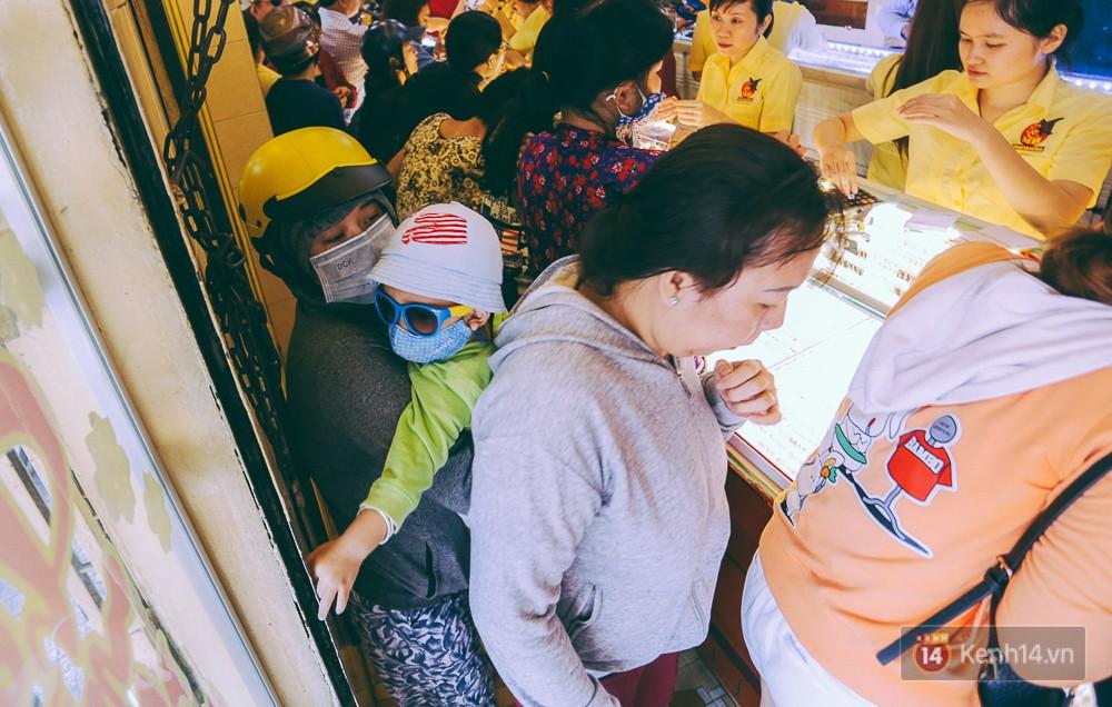 Chùm ảnh: Tiệm vàng ở Sài Gòn quá tải ngày Thần tài, nhân viên giao dịch với khách hàng từ bên ngoài - Ảnh 8.