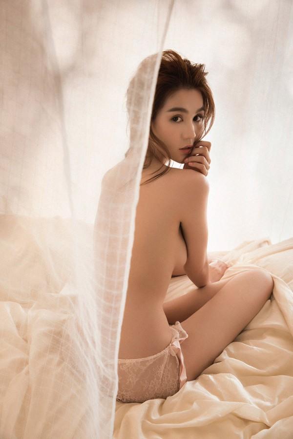 Cuộc chiến Vbiz đầu năm: Ngọc Trinh và Angela Phương Trinh đều khoe ảnh nude táo bạo, người đẹp nào nóng bỏng hơn? - Ảnh 1.