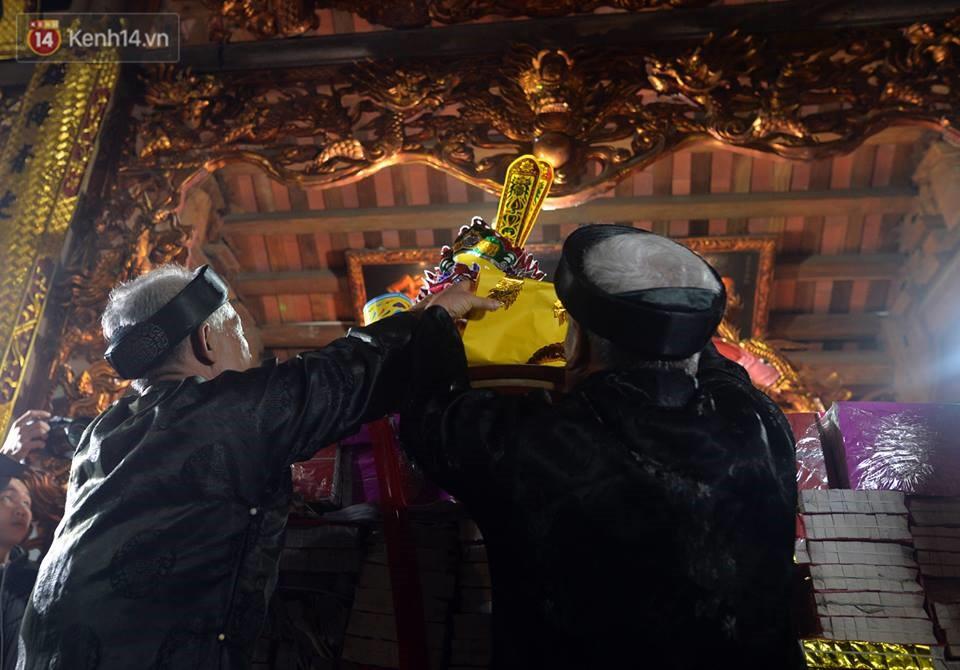 Chùm ảnh: Hàng trăm người dân ở Hà Nội tham dự lễ hội lấy đỏ cầu may dịp đầu năm mới - Ảnh 7.