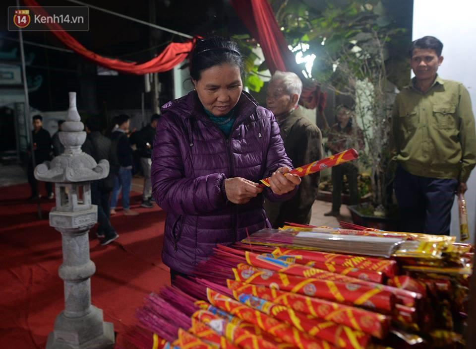 Chùm ảnh: Hàng trăm người dân ở Hà Nội tham dự lễ hội lấy đỏ cầu may dịp đầu năm mới - Ảnh 2.