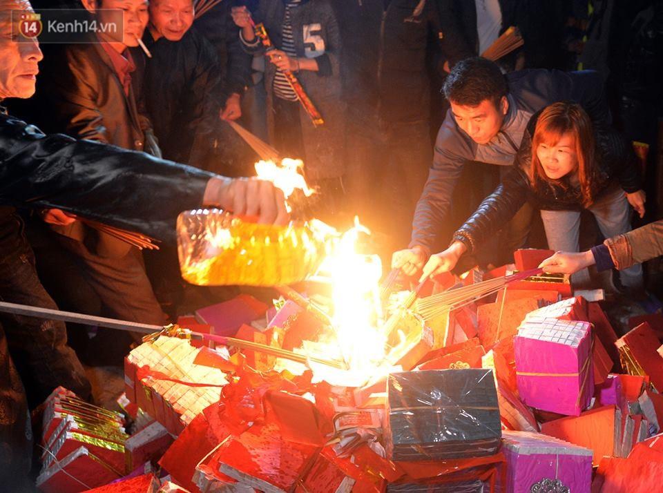 Chùm ảnh: Hàng trăm người dân ở Hà Nội tham dự lễ hội lấy đỏ cầu may dịp đầu năm mới - Ảnh 9.