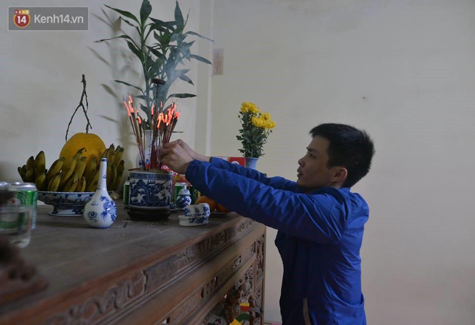 Chùm ảnh: Hàng trăm người dân ở Hà Nội tham dự lễ hội lấy đỏ cầu may dịp đầu năm mới - Ảnh 14.