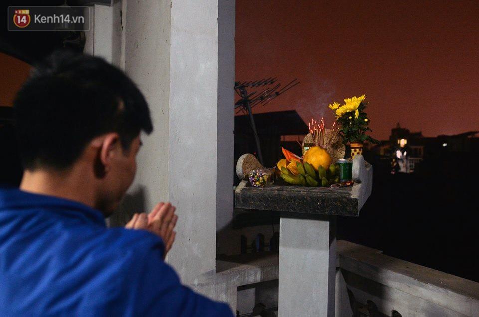 Chùm ảnh: Hàng trăm người dân ở Hà Nội tham dự lễ hội lấy đỏ cầu may dịp đầu năm mới - Ảnh 15.