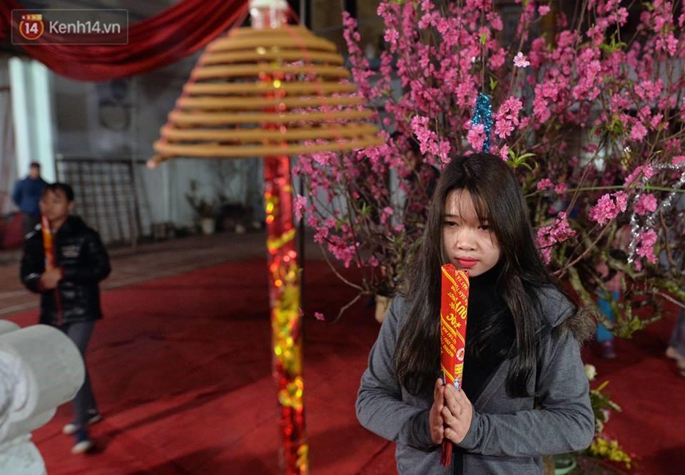 Chùm ảnh: Hàng trăm người dân ở Hà Nội tham dự lễ hội lấy đỏ cầu may dịp đầu năm mới - Ảnh 5.
