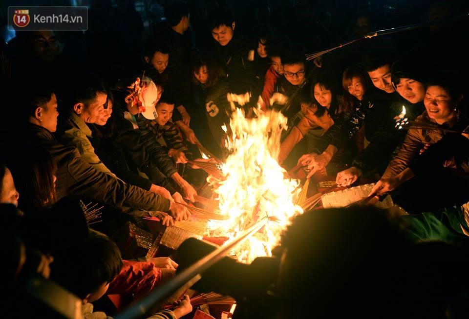 Chùm ảnh: Hàng trăm người dân ở Hà Nội tham dự lễ hội lấy đỏ cầu may dịp đầu năm mới - Ảnh 10.