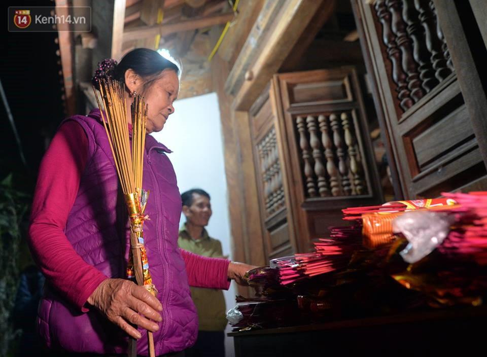 Chùm ảnh: Hàng trăm người dân ở Hà Nội tham dự lễ hội lấy đỏ cầu may dịp đầu năm mới - Ảnh 6.