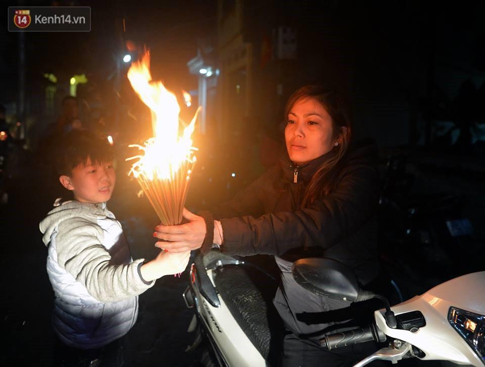 Chùm ảnh: Hàng trăm người dân ở Hà Nội tham dự lễ hội lấy đỏ cầu may dịp đầu năm mới - Ảnh 11.