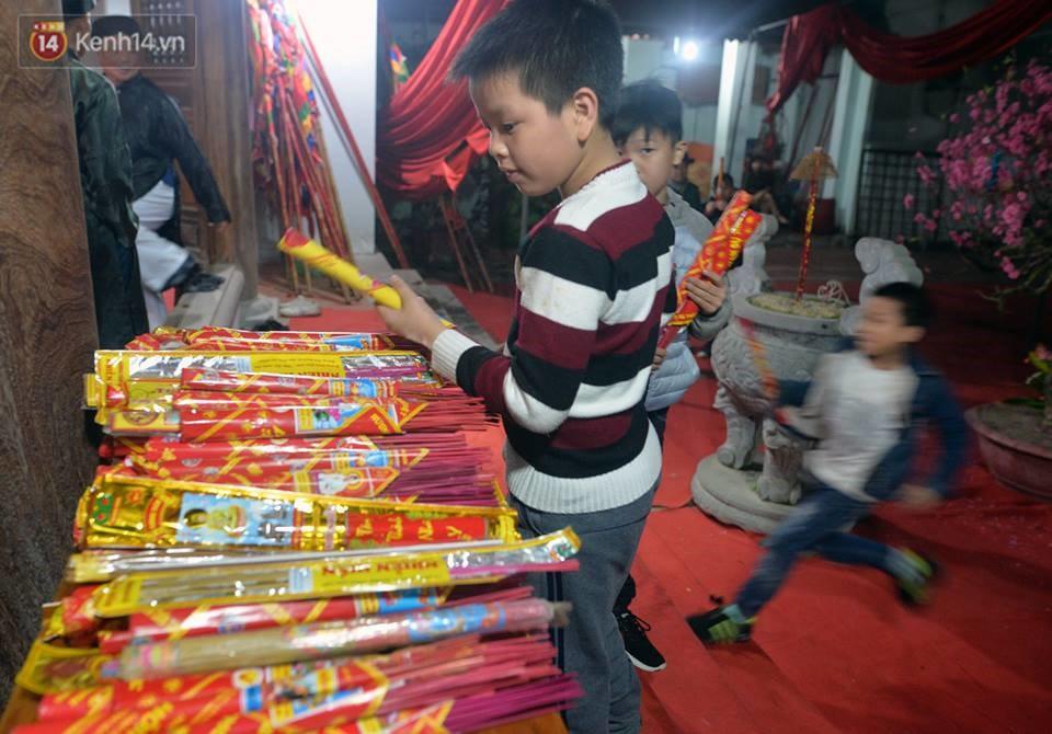 Chùm ảnh: Hàng trăm người dân ở Hà Nội tham dự lễ hội lấy đỏ cầu may dịp đầu năm mới - Ảnh 4.