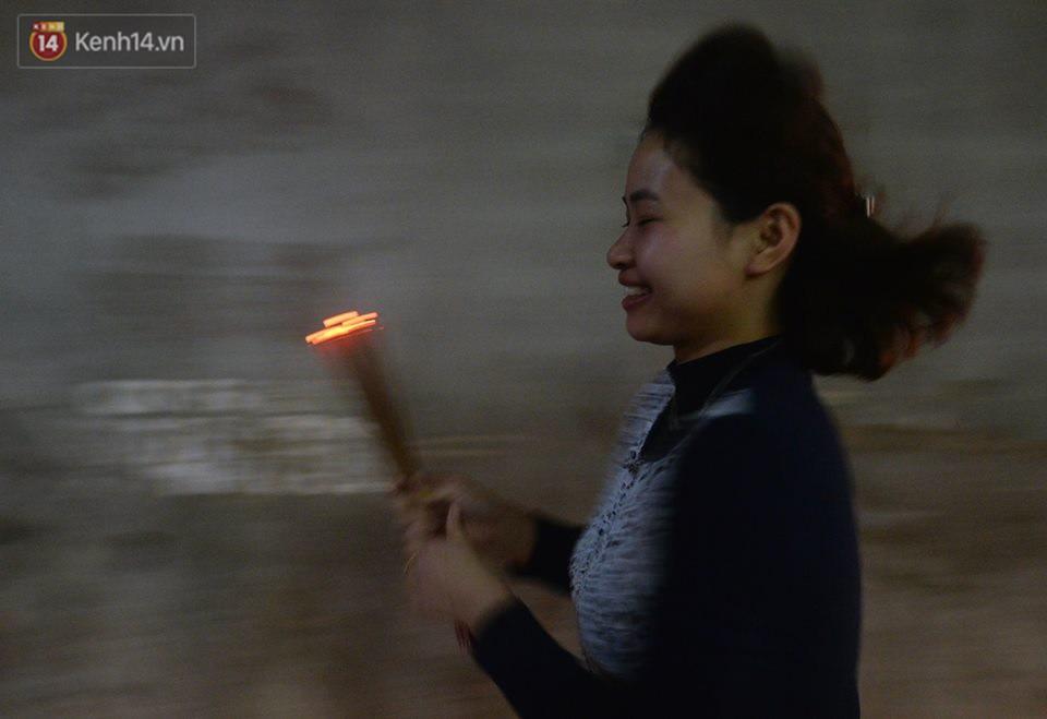 Chùm ảnh: Hàng trăm người dân ở Hà Nội tham dự lễ hội lấy đỏ cầu may dịp đầu năm mới - Ảnh 12.