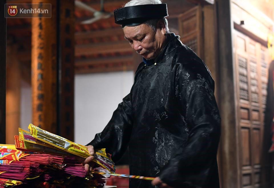 Chùm ảnh: Hàng trăm người dân ở Hà Nội tham dự lễ hội lấy đỏ cầu may dịp đầu năm mới - Ảnh 1.