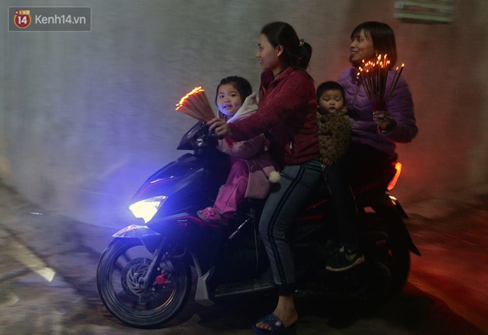 Chùm ảnh: Hàng trăm người dân ở Hà Nội tham dự lễ hội lấy đỏ cầu may dịp đầu năm mới - Ảnh 16.