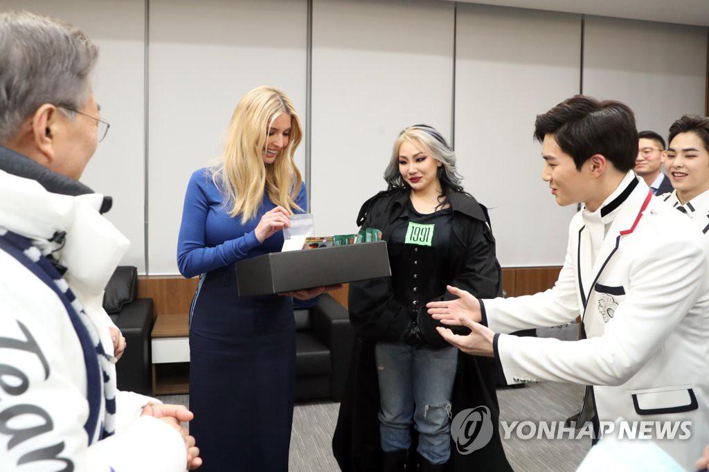 Cùng chụp ảnh với Tổng thống Hàn và con gái Tổng thống Mỹ: EXO lịch lãm, CL vừa lôi thôi vừa giống phù thủy - Ảnh 1.