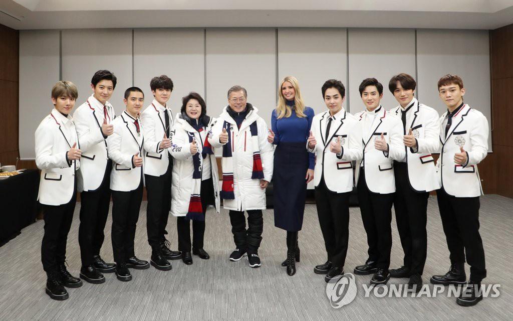 Cùng chụp ảnh với Tổng thống Hàn và con gái Tổng thống Mỹ: EXO lịch lãm, CL vừa lôi thôi vừa giống phù thủy - Ảnh 6.