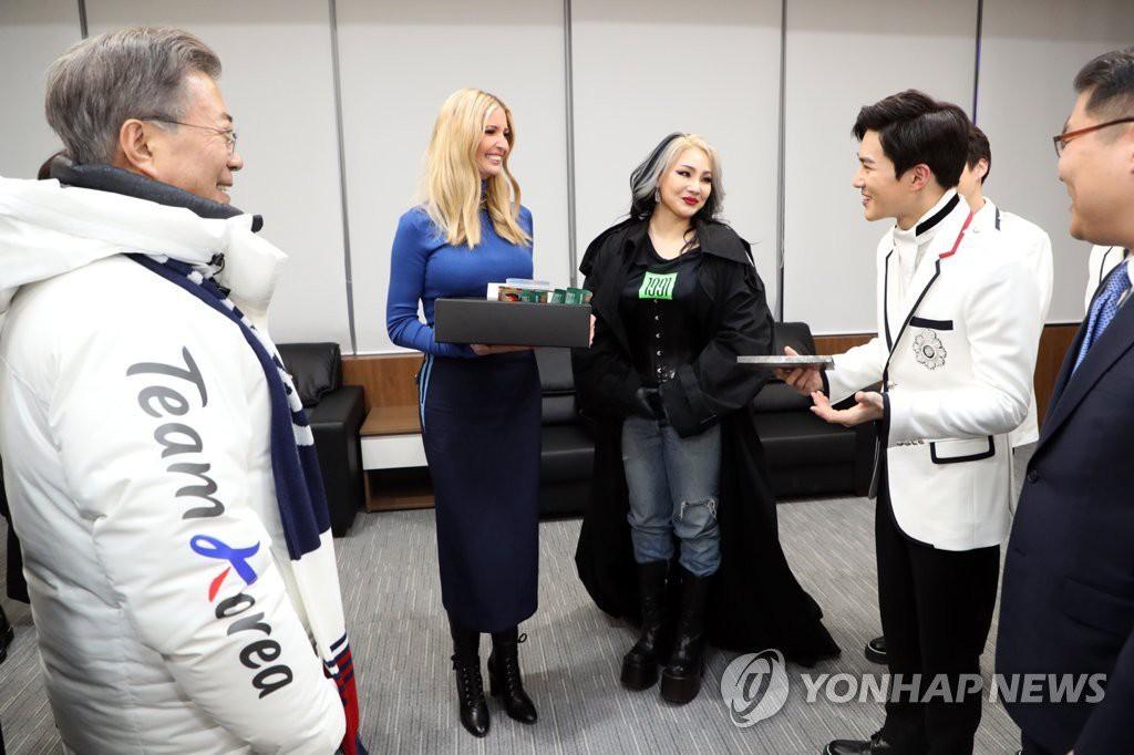 Cùng chụp ảnh với Tổng thống Hàn và con gái Tổng thống Mỹ: EXO lịch lãm, CL vừa lôi thôi vừa giống phù thủy - Ảnh 2.