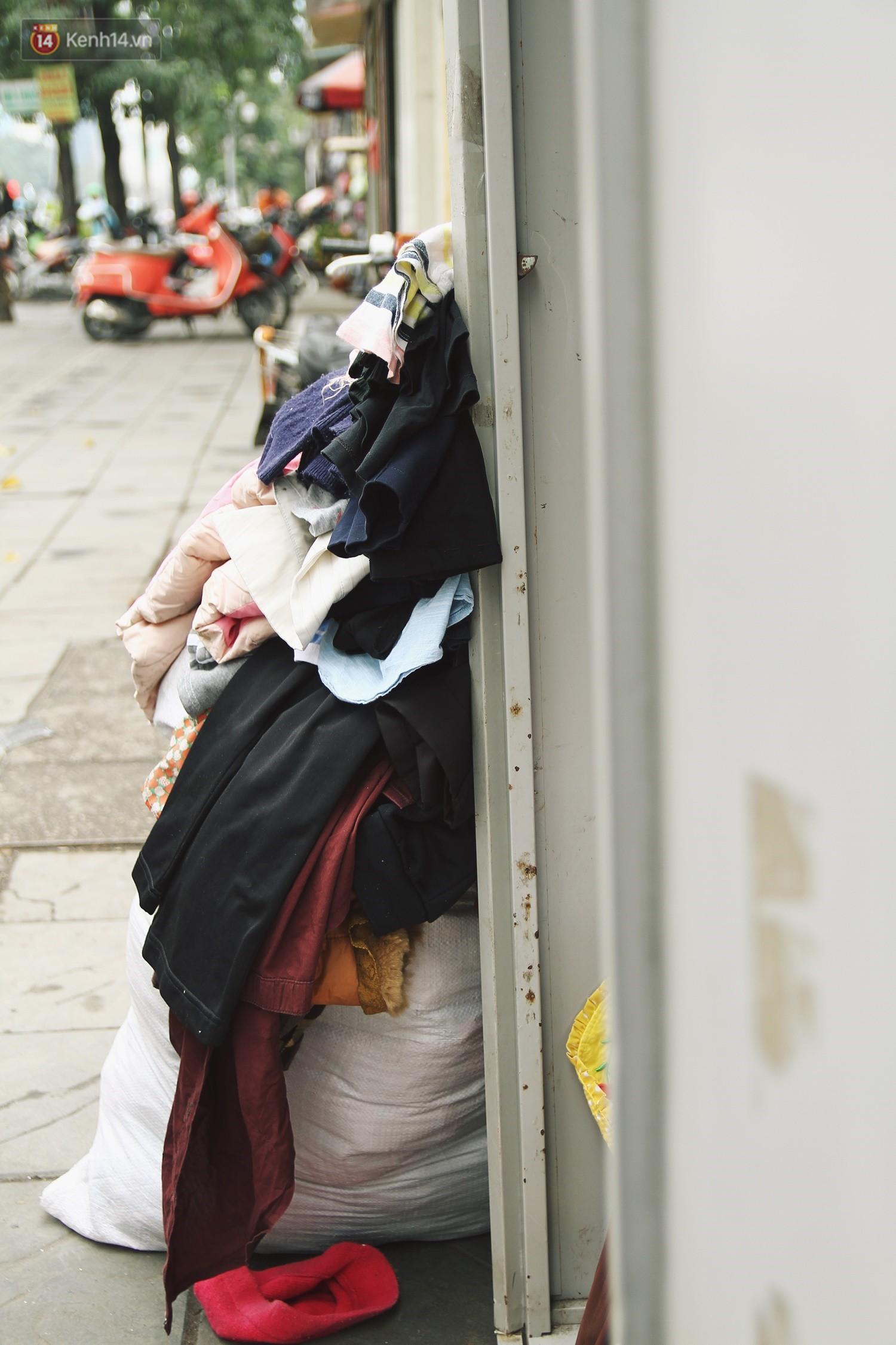 Cái kết buồn của tủ quần áo ai thừa ủng hộ, ai thiếu đến lấy ở Hà Nội: Người gom đồ từ thiện đi bán, người tặng cả áo rách, quần lót cũ - Ảnh 3.