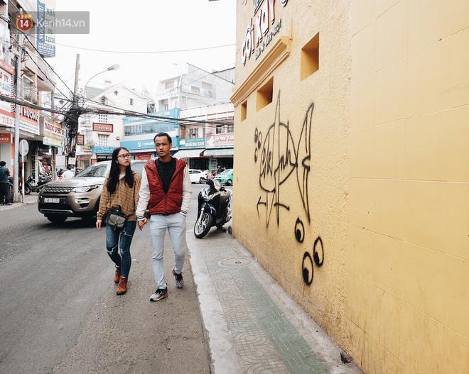 Giới trẻ vẫn tụ tập chờ chụp ảnh với bức tường vàng đã bị vẽ bậy ở Đà Lạt, chủ quán cho biết sẽ sơn lại vào ngày mai - Ảnh 2.