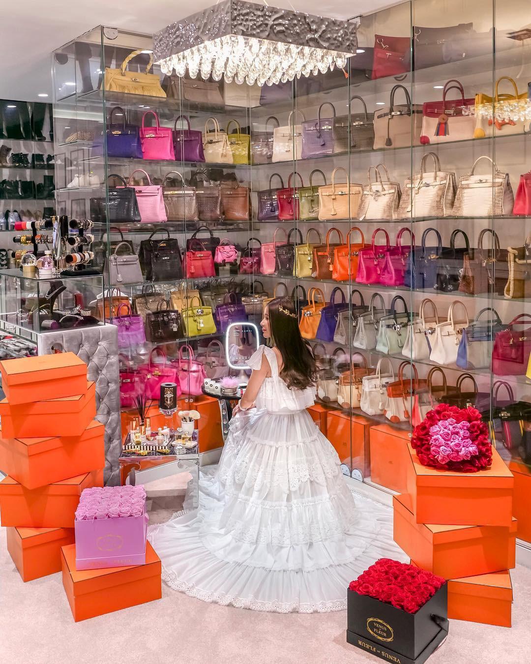 Choáng ngợp với phòng để đồ rộng bằng căn hộ với bảo mật vân tay, chứa 200 túi Hermes, 300 đôi giày và cả núi đồ hiệu xa xỉ của bà hoàng thời trang Singapore - Ảnh 2.