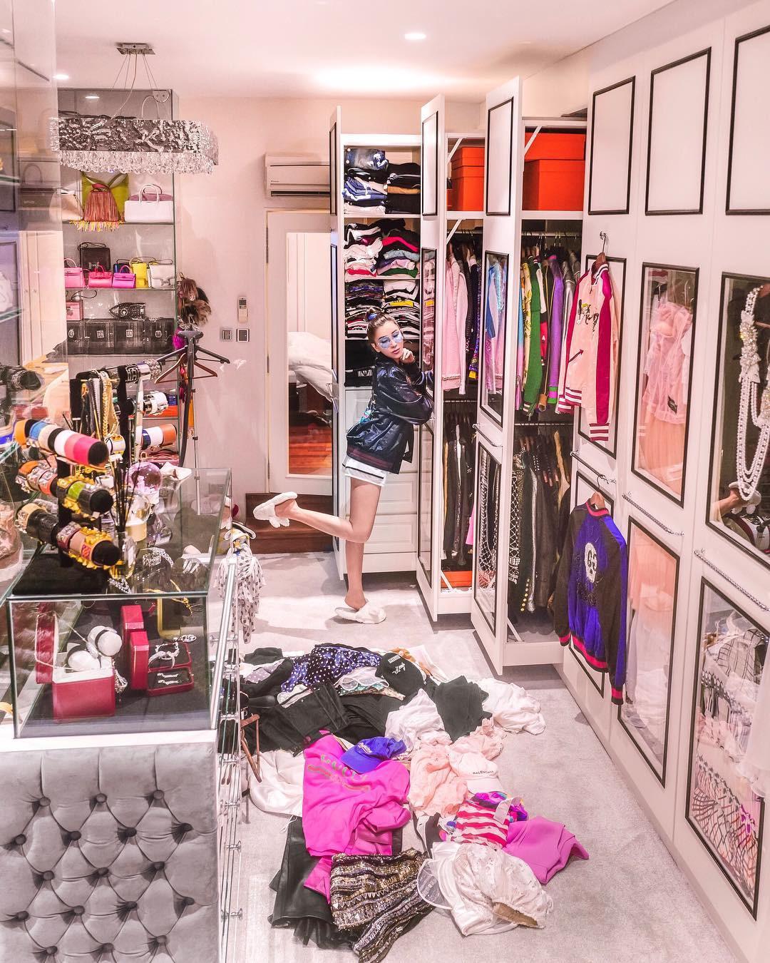 Choáng ngợp với phòng để đồ rộng bằng căn hộ với bảo mật vân tay, chứa 200 túi Hermes, 300 đôi giày và cả núi đồ hiệu xa xỉ của bà hoàng thời trang Singapore - Ảnh 4.