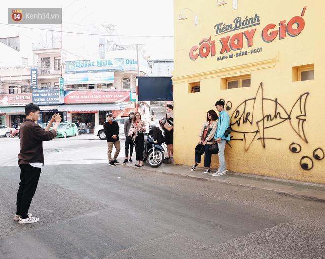 Giới trẻ vẫn tụ tập chờ chụp ảnh với bức tường vàng đã bị vẽ bậy ở Đà Lạt, chủ quán cho biết sẽ sơn lại vào ngày mai - Ảnh 9.