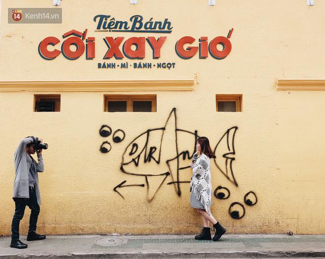Giới trẻ vẫn tụ tập chờ chụp ảnh với bức tường vàng đã bị vẽ bậy ở Đà Lạt, chủ quán cho biết sẽ sơn lại vào ngày mai - Ảnh 5.