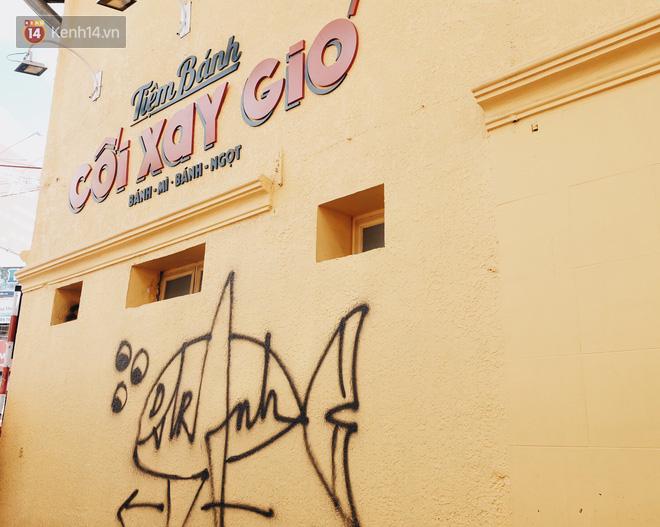 Giới trẻ vẫn tụ tập chờ chụp ảnh với bức tường vàng đã bị vẽ bậy ở Đà Lạt, chủ quán cho biết sẽ sơn lại vào ngày mai - Ảnh 3.