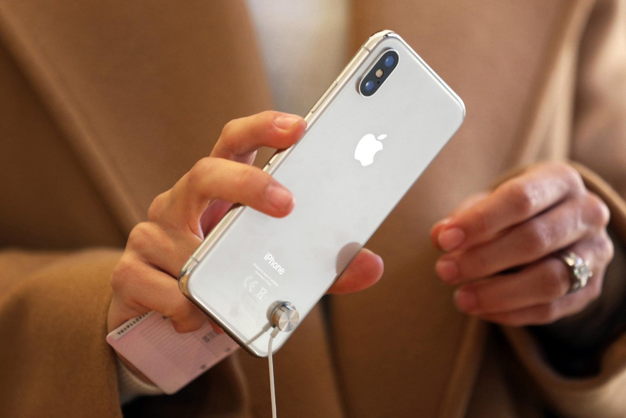 Bộ ba iPhone 2018 sẽ ra mắt cuối năm: iPhone vàng sang chảnh, iPhone 2 SIM và iPhone giá rẻ cho sinh viên - Ảnh 1.