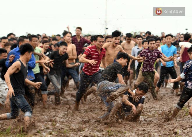 Ảnh, clip: Cảnh tượng hỗn loạn trên bùn lầy khi hàng trăm thanh niên giẫm đạp để cướp phết Hiền Quan - Ảnh 2.