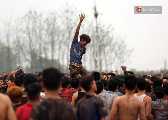 Ảnh, clip: Cảnh tượng hỗn loạn trên bùn lầy khi hàng trăm thanh niên giẫm đạp để cướp phết Hiền Quan - Ảnh 3.
