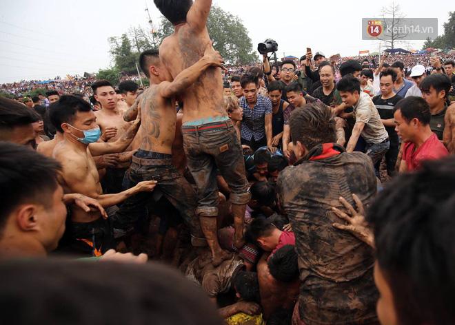 Ảnh, clip: Cảnh tượng hỗn loạn trên bùn lầy khi hàng trăm thanh niên giẫm đạp để cướp phết Hiền Quan - Ảnh 4.