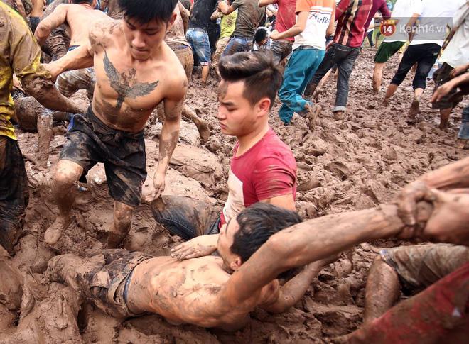 Ảnh, clip: Cảnh tượng hỗn loạn trên bùn lầy khi hàng trăm thanh niên giẫm đạp để cướp phết Hiền Quan - Ảnh 11.