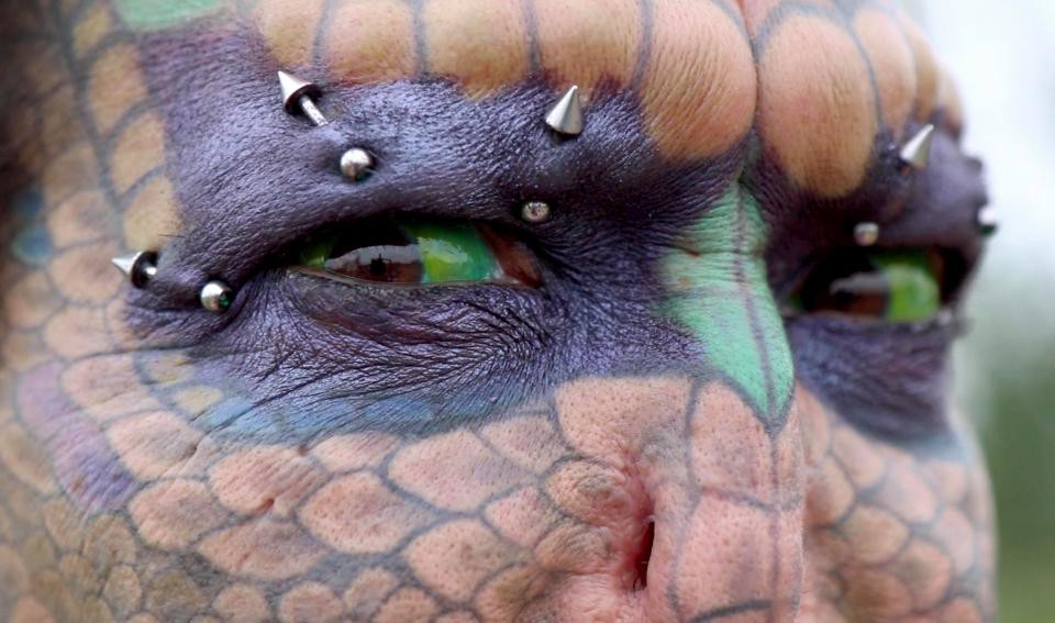 Người rồng chuyển giới liều lĩnh phẫu thuật cắt mũi, nhổ răng để biến hình thành sinh vật huyền thoại - Ảnh 2.