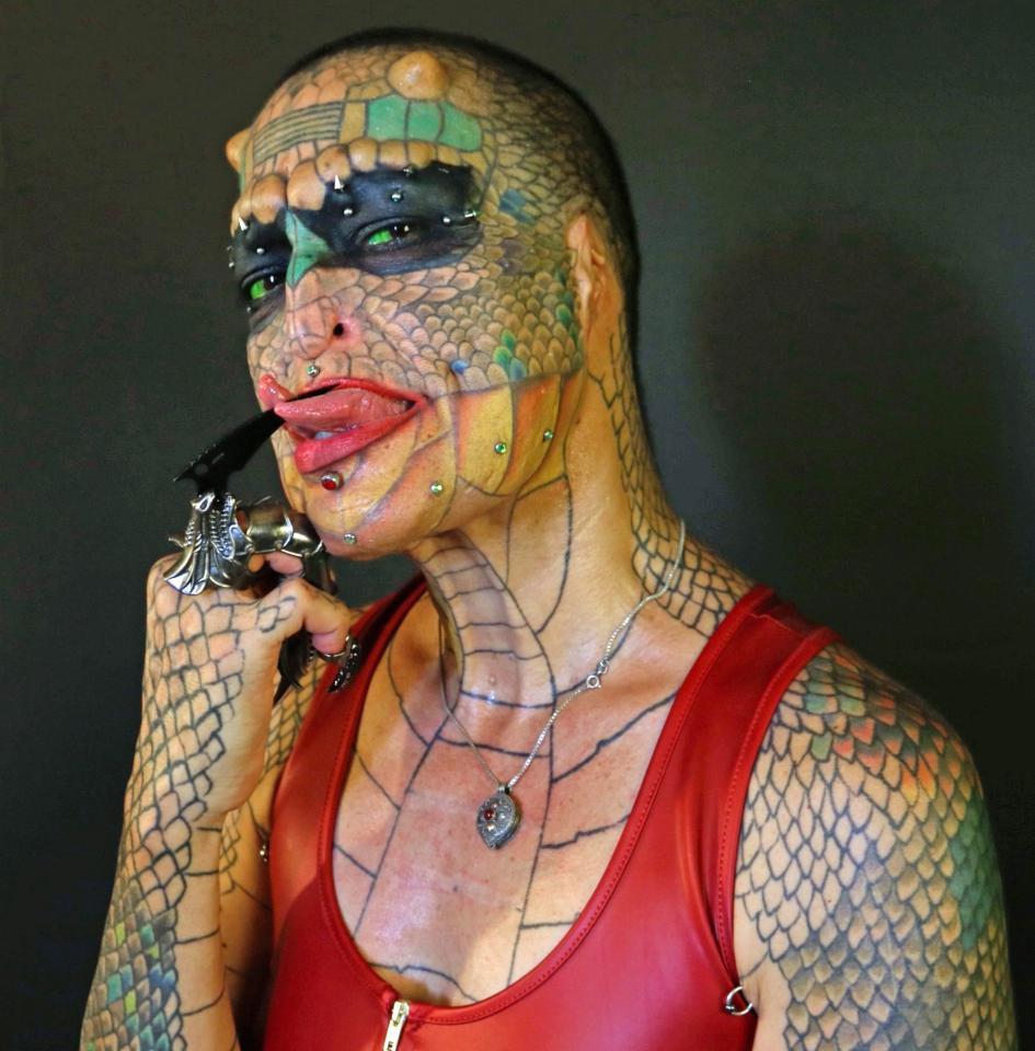Người rồng chuyển giới liều lĩnh phẫu thuật cắt mũi, nhổ răng để biến hình thành sinh vật huyền thoại - Ảnh 4.