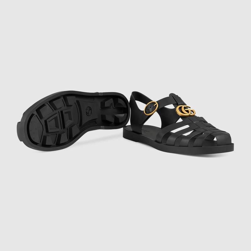 Duy Khánh đã rất nhanh chóng bắt kịp xu hướng tậu ngay đôi sandal Gucci giống dép bộ đội