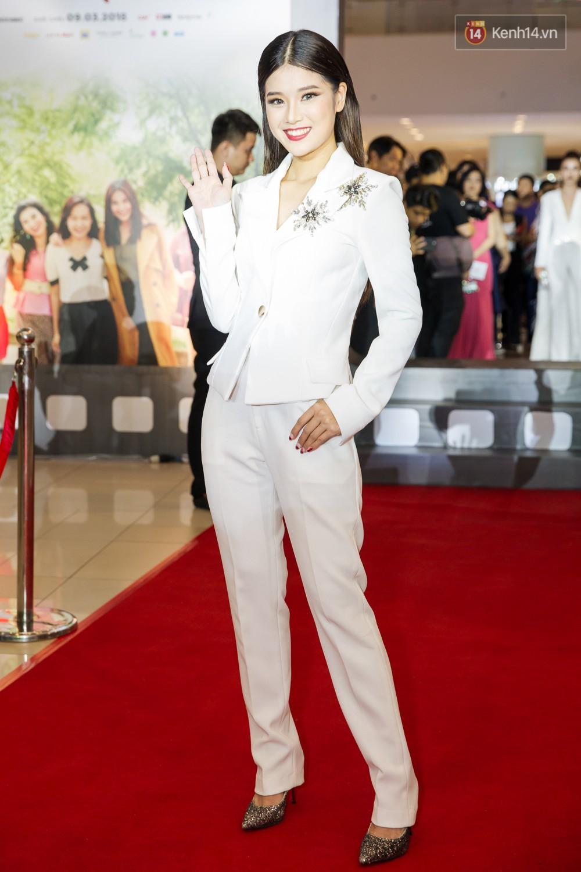 Jun Vũ tự tin khoe vòng 1 vừa trùng tu, kèm thần thái hết xảy trên thảm đỏ Tháng Năm Rực Rỡ - Ảnh 12.