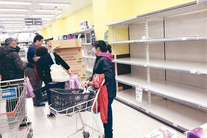 Đài Loan đang đối mặt khủng hoảng giấy vệ sinh, người dân đổ xô đi mua vì lo cháy hàng - Ảnh 1.
