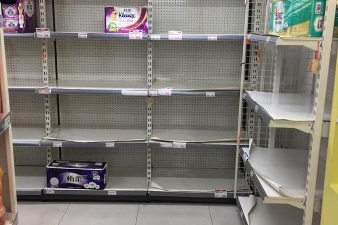 Đài Loan đang đối mặt khủng hoảng giấy vệ sinh, người dân đổ xô đi mua vì lo cháy hàng - Ảnh 2.