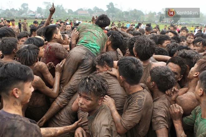 Ảnh, clip: Cảnh tượng hỗn loạn trên bùn lầy khi hàng trăm thanh niên giẫm đạp để cướp phết Hiền Quan - Ảnh 5.