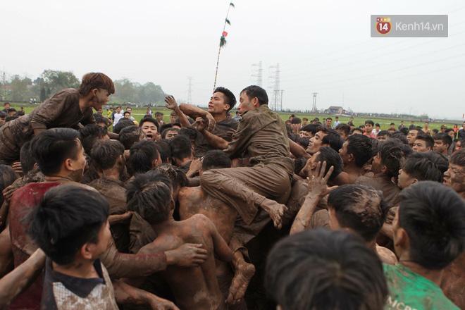 Ảnh, clip: Cảnh tượng hỗn loạn trên bùn lầy khi hàng trăm thanh niên giẫm đạp để cướp phết Hiền Quan - Ảnh 7.