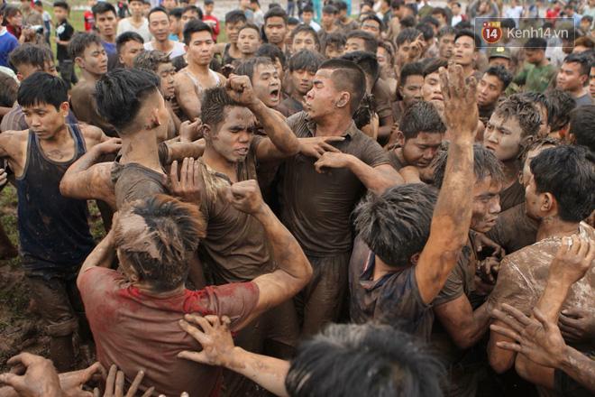 Ảnh, clip: Cảnh tượng hỗn loạn trên bùn lầy khi hàng trăm thanh niên giẫm đạp để cướp phết Hiền Quan - Ảnh 8.