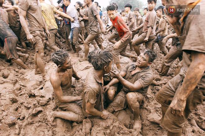 Ảnh, clip: Cảnh tượng hỗn loạn trên bùn lầy khi hàng trăm thanh niên giẫm đạp để cướp phết Hiền Quan - Ảnh 6.