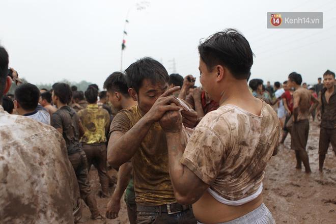Ảnh, clip: Cảnh tượng hỗn loạn trên bùn lầy khi hàng trăm thanh niên giẫm đạp để cướp phết Hiền Quan - Ảnh 9.
