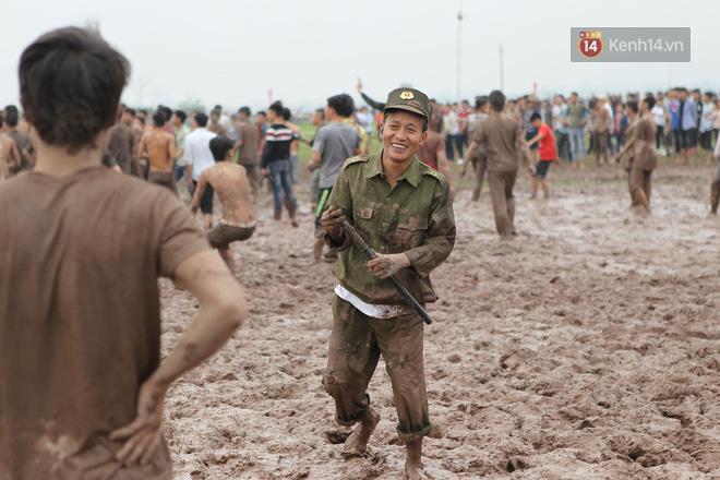 Ảnh, clip: Cảnh tượng hỗn loạn trên bùn lầy khi hàng trăm thanh niên giẫm đạp để cướp phết Hiền Quan - Ảnh 14.